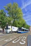 卡车和电车在市中心阿姆斯特丹,荷兰 库存图片
