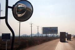 卡车圈子后面镜子 库存照片