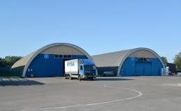 卡车在一个现代仓库的疆土 免版税图库摄影