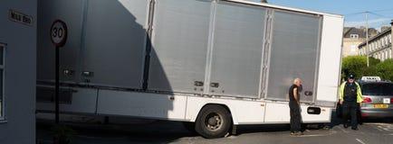 卡车在与司机和警察的陡峭的小山黏附了 免版税库存照片