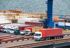 卡车在口岸的运输集装箱 免版税库存图片