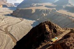 卡车在喜马拉雅山运载货物 卡利市Gandaki峡谷的顶视图 尼泊尔 野马王国  图库摄影