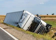 卡车在旁边垄沟在公路事故以后 库存图片
