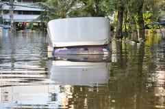 卡车在曼谷,泰国一条被充斥的街道immerged, 2011年11月06日 库存照片