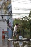 卡车在曼谷,泰国一条被充斥的街道immerged, 2011年11月06日 免版税库存照片