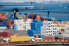 卡车在海运附近的运输集装箱 库存图片