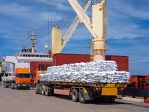 卡车在船上装载的交付货物 库存图片