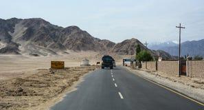 卡车在街道上运行在锡金,印度 免版税库存照片