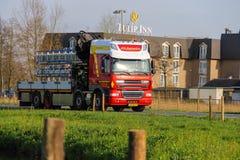 卡车在路在公司生长花附近 Meerkerk, 免版税库存照片