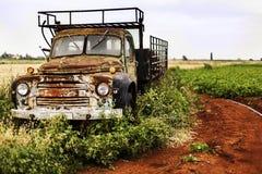 卡车在领域生锈了并且放弃了 图库摄影