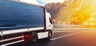卡车在高速公路快速地运行交付 免版税图库摄影