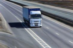 卡车在高速公路移动 库存照片