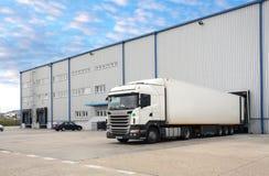 卡车在仓库里 免版税库存照片