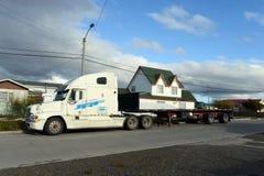 卡车在Porvenir村庄  免版税库存照片