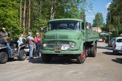 卡车奔驰车1113到达葡萄酒汽车游行  Kerimyaki,芬兰 免版税库存图片