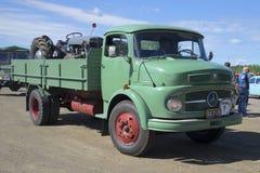 卡车奔驰车1113 葡萄酒汽车游行在Kerimyaki,芬兰 库存图片