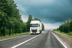 卡车拖拉机单位,原动力,在行动的牵引单位在路 免版税库存照片