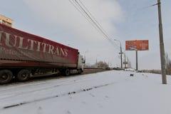卡车拖车在一条多雪的土路的一座桥梁被上升  库存照片