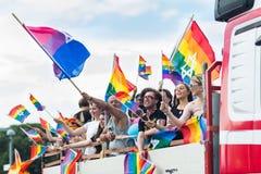 卡车挥动的彩虹旗子的人们与在斯德哥尔摩骄傲游行期间的犹太星 免版税图库摄影