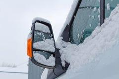 卡车的积雪的小室的片段在冬天多云天空背景的 免版税库存照片