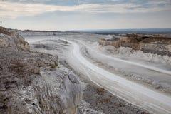 卡车的路在白垩猎物采矿 库存图片