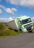 卡车看法在一条高速公路的在事故 库存图片