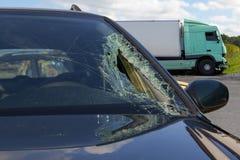 卡车看法在一次事故的与汽车,打破的玻璃 免版税库存照片