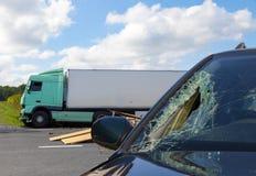 卡车看法在一次事故的与汽车 免版税库存照片