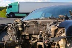 卡车看法在一次事故的与汽车 免版税库存图片
