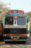 卡车等待一个新的货物附近的加尔各答花市场 库存图片