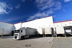 卡车装载在批转comp的货物的仓库的 库存图片