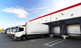 卡车装载在批转comp的货物的仓库的 免版税库存照片