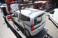 卡车装载罚款在街道上的汽车 库存照片