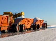 卡车装货在盐工厂 免版税库存照片
