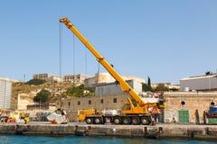 卡车起重机在马耳他造船厂港口  免版税库存照片