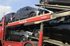 卡车运输新的车 免版税库存照片