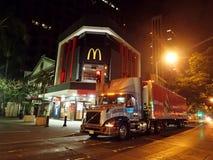 卡车运送食物到McDonalds商店在街市檀香山在N 免版税库存图片