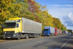 卡车队列在高速公路M-11的 库存图片