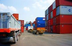 卡车,拖车在越南口岸的装载容器 免版税库存图片