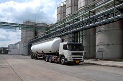 卡车,罐车交付危险化学制品在石油化工厂 库存照片
