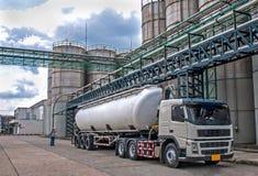卡车,罐车危险石油化学制品交付 免版税图库摄影