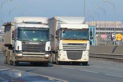 卡车DAF XF系列和斯科讷在普尔科沃高速公路的4系列 免版税图库摄影
