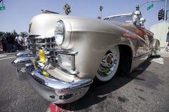 卡迪拉克经典之作驾驶低底盘汽车兜&# 免版税库存照片