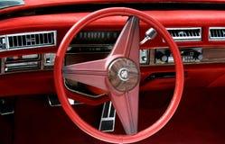 卡迪拉克经典之作汽车红色内部  免版税库存图片
