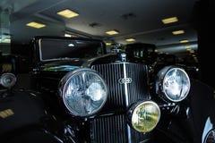 卡迪拉克V-16葡萄酒减速火箭的汽车爱德乐特伦普夫小辈棕色豪华减速火箭的汽车Cabrio大型高级轿车黑暗背景 免版税库存图片