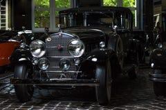 卡迪拉克V-16葡萄酒减速火箭的汽车爱德乐特伦普夫小辈棕色豪华减速火箭的汽车Cabrio大型高级轿车黑暗背景 库存照片