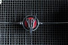 卡迪拉克V-16葡萄酒减速火箭的汽车爱德乐特伦普夫小辈棕色豪华减速火箭的汽车Cabrio大型高级轿车黑暗背景 库存图片