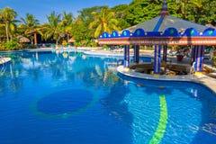 卡门,墨西哥- 2011年7月16日:豪华游泳池风景在RIU尤加坦旅馆 免版税图库摄影