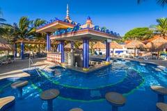 卡门,墨西哥- 2011年7月16日:豪华游泳池风景在RIU尤加坦旅馆 免版税库存照片