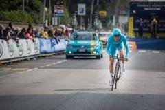 卡马伊奥雷,意大利- 2015年3月11日:专业骑自行车者 免版税库存照片